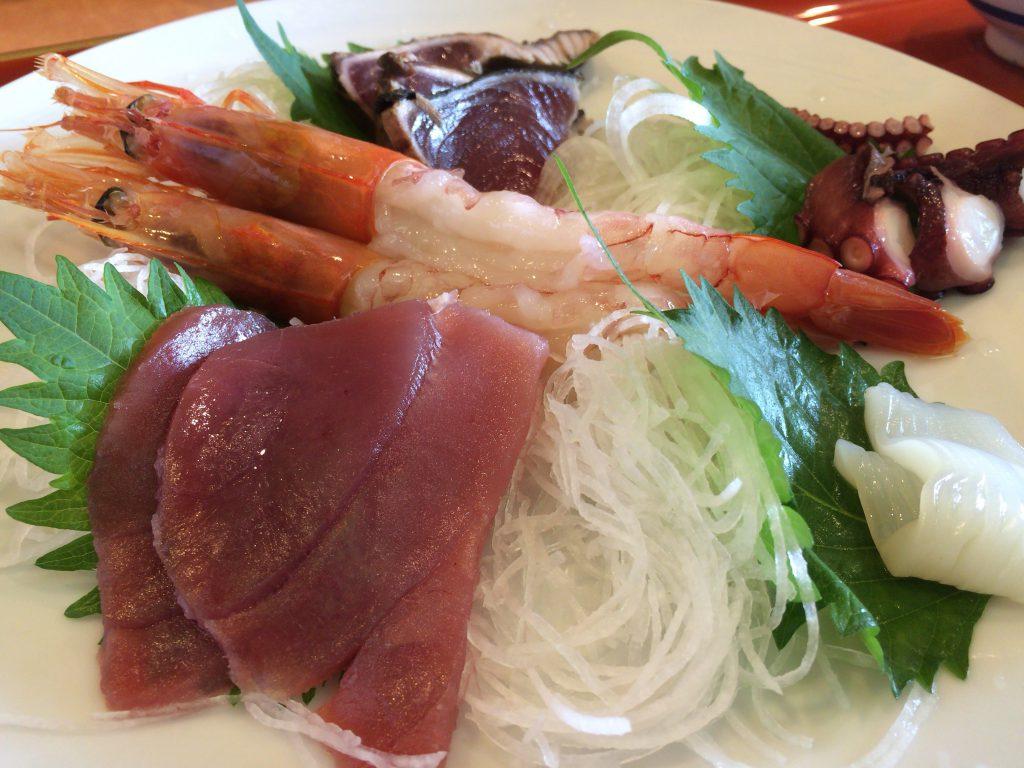 メインのお刺身です。このお皿と丼ご飯だけで980円でも良いと思う。